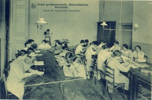 Carte postale : Intérieur de l'École Bisschoffsheim, Bruxelles – Editions Nels © coll. Goldmann-Roth, publiée dans P. PIERRET, G. SILVAIN, op. cit., p. 61