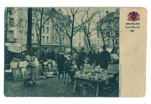 Carte postale : « Marché aux Puces » de la Vosseplein (actuelle Place du Jeu de Balle). Édition Grand Bazar Anspach © coll. Gérard Silvain, publiée dans P. PIERRET, G. SILVAIN, op. cit., p. 144