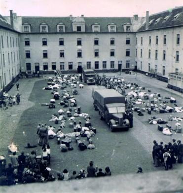 Arrivée des nouveaux internés à la caserne Dossin – photo datée des premiers jours d'existence du SS-Sammellager für Juden (entre le 27/07/1942 et le 03/08/1942) © Kazerne Dossin/Fonds Kummer