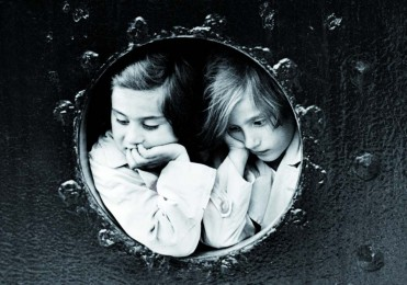 Deux fillettes en attente sur le Saint-Louis – 1939 © Droits réservés
