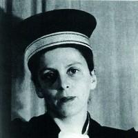 Geneviève Pevtchin, avocate, résistante, dirige une des filières d'exfiltration du « Service Zéro », arrêtée en mai 1943 et déportée
