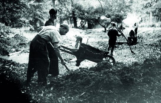 Les Juifs chômeurs sont employés à l'assèchement d'étangs aux environs de Bruxelles. 1942. Censure photographique, Belgapress © Droits réservés – CEGESOMA, Bruxelles, 4766