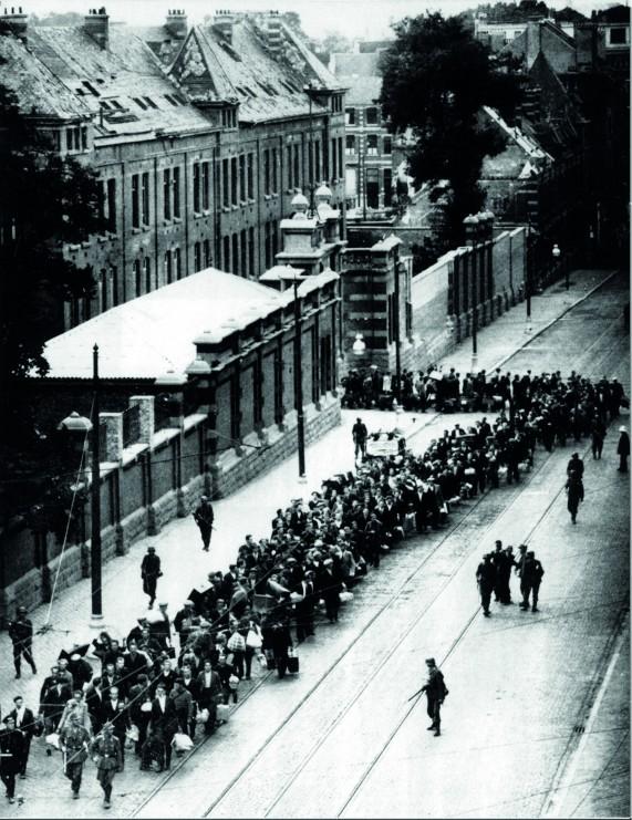 Caserne d'Etterbeek : départ de prisonniers en déportation, 1940-1945. © Droits réservés – CEGESOMA, Bruxelles, 4764