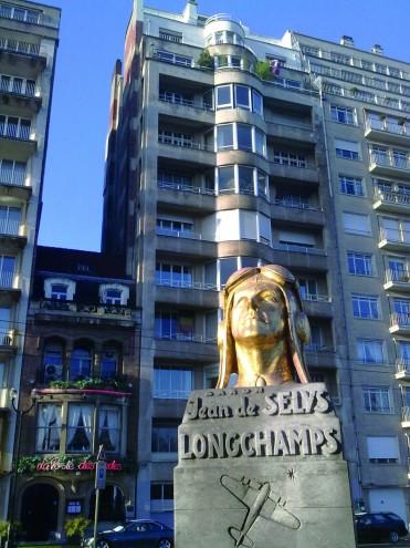 Ancien siège de la Gestapo à Bruxelles. Au premier plan, buste en hommage au résistant qui a bombardé l'immeuble, Jean de Selys Longchamps - source : https:// commons.wikimedia.org/wiki/File:Jean_de_SELYS-LONGCHAMP-av_Louise.jpg